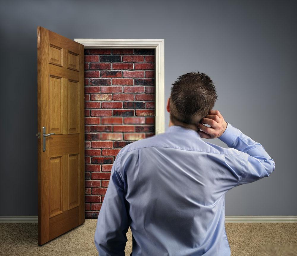 Home bloqué devant une porte